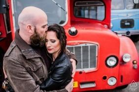 Liebe-Verlobungsporträttrieb Edes London mit einem roten Bus