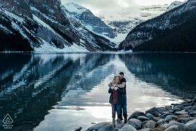 Lake Louise, Banff Nationalpark, AB, Kanada | Das Paar und die Reflexion während der Fotoaufnahme-Sitzung vor der Hochzeit.