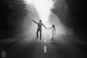 Poiso, Madeira, Portugal Verlobungsfotografie - Das Paar springt vor Freude auf einer Straße mitten im Wald