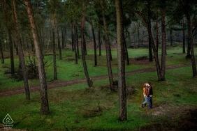 Séance photo de fiançailles avec Drunense Duinen Holland | Couple amoureux dans une forêt