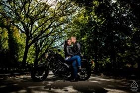 Chicago, IL Séance de fiançailles avec un couple à moto