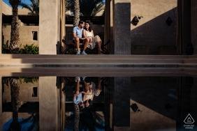 Bab Al Shams Resort, Dubaï photo d'engagement d'un couple se détendant près de l'eau