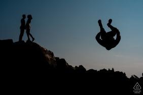 Photographe de fiançailles Angleterre Staffordshire pour les séances au coucher du soleil: Permet de sauter!