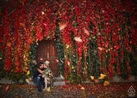 Prague, République tchèque, près du pont Charles - Un couple fiancé lors de la magnifique séance de fiançailles d'automne à Prague