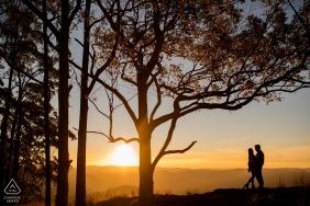 Poços de Caldas - Photographie de fiançailles avec Minas Gerais | Couple explorant la nature au coucher du soleil