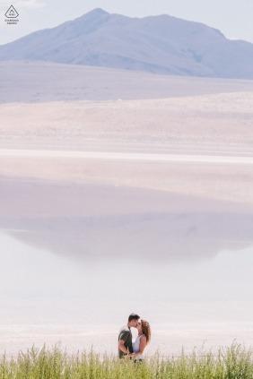 Salt Lake City, Utah Paare, die nahe bei See während der Verlobungsporträtsitzung küssen