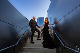Séance de photos de fiançailles pour un couple à Walt Disney Concert Hall à Los Angeles, Californie