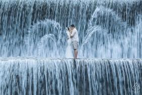 Séance de portrait avant mariage avec un couple à Bali - L'amour dans la cascade