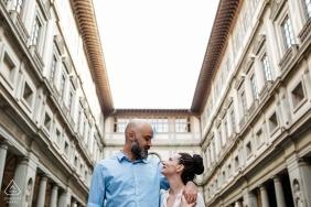 Florence, Italie, séance de portraits de fiançailles avec un couple utilisant le contexte historique