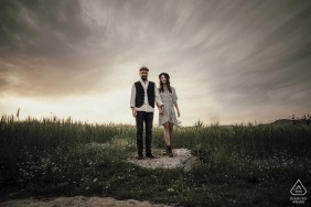 Casal dançando em uma pedra com um céu interessante por trás deles na Turquia Mersin