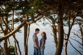 Verlobungs-Portrait-Session in San Francisco - Schönes Paar in der Zypresse gerahmt