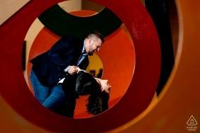 Photographe de fiançailles de la National Gallery of Art East Wing, à Washington, DC - Un plongeon ludique parmi les expositions d'art