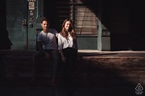 TriBeCa,纽约市订婚婚前夫妇在午后的阳光下的肖像