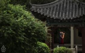 Un couple nouvellement fiancé s'embrassent dans le pavillon de la cour de l'hôtel Xining, Qinghai