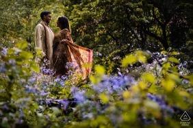 夫婦肖像會議在雨中在加拿大蒙特利爾皇家山公園