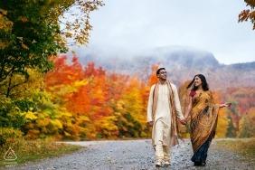 夫妇在魁北克蒙特奥福德的秋天色彩中