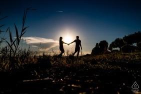 愛的Hagnau Bodensee剪影-在日落的訂婚攝影與年輕夫婦。