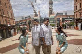 Camden Yard, Oriole Park, Baltimore, MD - Dieses Ehepaar ist nach ihrer Camden Yard-Verlobungsfotosession erleichtert und aufgeregt