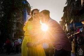 Mumbai Sunshine Love Couple - Porträt in den Straßen beim Schießen in die Sonne