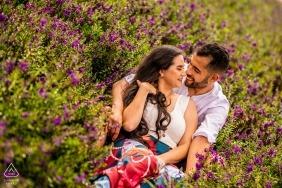 Couple Holambra sur le champ de fleurs pendant le tournage des fiançailles