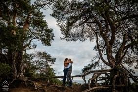Soesterduinen Couple encadré par des arbres lors d'une séance photo de fiançailles