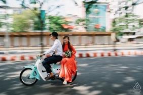 Séance de photo avant le mariage avec la mariée à Aodai à Ho Chi Minh, tradition du Vietnam