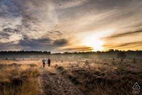 Verlobte Paare, die auf das Moor während des Fotoshootings in Rucphense Heide, Rucphen gehen