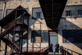Baltimore City Engagement | Industrial Photo Session mit einem jungen Paar, das heiratet.
