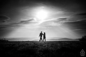 捷克的订婚摄影  布尔诺夫妇在下午散步期间的会议期间