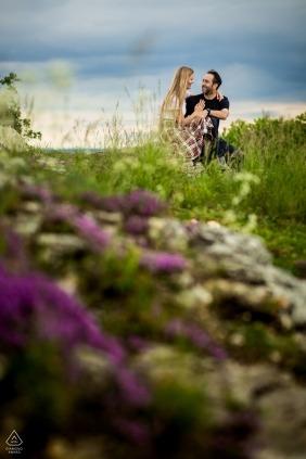 Tschechische Republik-Verlobungsfotosession - Brno-Paar, das für Porträts an einem ruhigen Ort aufwirft