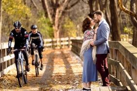 Verlobungssession in Newton, MA, Porträts verliebter Paare - vorbeifahrende Motorräder