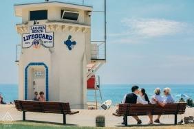 Laguna Beach, CA Verlobungsfotosession | Ein junges Paar und ein älteres Paar am Meer.