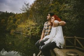 Yedigöller / Bolu / Turquie   Portrait d'un couple assis sur un balcon naturel