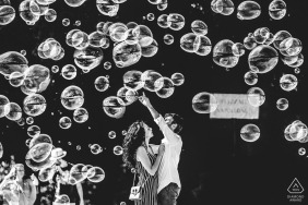 Villa Borghese - Roma engagement photo session | the couple had a lot of fun in the middle of the bubbles