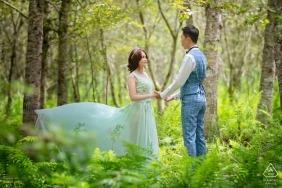 Prewedding Trieb Hualiens, Taiwan mit Paaren im Wald.