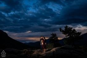 Rocky Mountain National Park Engagement Portrait of a Couple - L'image contient: coucher de soleil, ciel, éclairé, éclairage