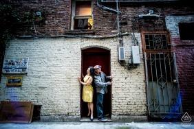 Verlobung in San Francisco, Kalifornien Bild eines Paares in einer Chinatown-Gasse.