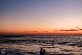 San Diego, Calif Engagement Couple Portrait - l'image contient: plage, eau, océan, coucher de soleil, silhouette