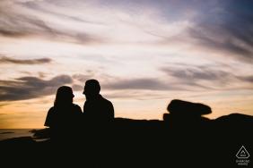 Séance photo de fiançailles à Marseille - Le portrait contient: silhouette, couple, coucher de soleil, couds, ciel, rochers empilés