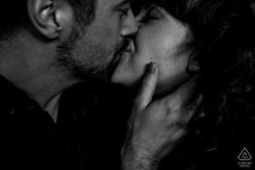 Drenthe portrait de couple de fiançailles intime en noir et blanc avec un baiser.