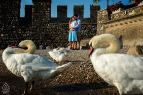 Séance photo de fiançailles à Sirmione, Italie avec un couple enlacé.