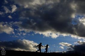 Le couple court au sommet du col de Guanella lors de leur séance de fiançailles