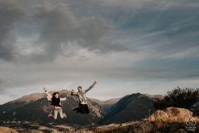 法國東方比利牛斯省的博爾奎爾,在訂婚前婚紗照拍攝環節中跳躍的情侶。