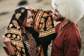 Session d'engagement franco-turmenistan dans les Pyrénées françaises avec des vêtements traditionnels.