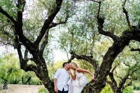 Zakynthos, Grèce, séance de fiançailles avant le mariage - Bisous dans l'oliveraie