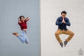 Kennedy Center - Washington DC - Couple posant pour des photos de fiançailles avec des sauts de style