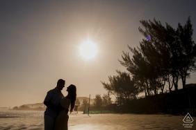 Praia da Vila / SC-Verlobungsbildersitzung - Porträt enthält: Sonnenuntergang, Bäume, Strand, Silhouette, Umarmung