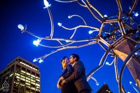 Fotoshooting mit Verlobung in San Francisco - Liebe in den Lichtern der Stadt - Ein Paar umarmt sich unter der Straßenkunst.
