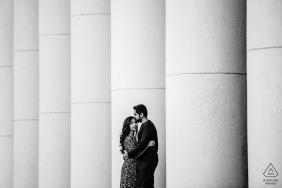 Sofia, Bulgaria sesión de fotos de compromiso - Retrato en blanco y negro de la pareja con pilares de hormigón