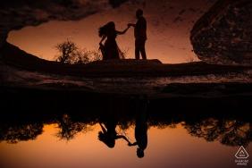 McKinney Falls State Park Dancing reflections - Séance photo de fiançailles près de Dusk at the Water